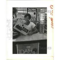 1989 Press Photo Lottery Gambling-Sherri Gittel hold a lottery poster