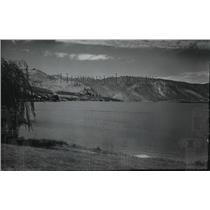 1939 Press Photo Beautiful view of Lake Chelan with mountains in the background.
