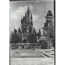 1971 Press Photo Cinderella Palace Serves as a Backdrop For Workmen - spa72996