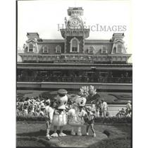 1984 Press Photo Donald and Daisy Duck greet young visitors at Disney World
