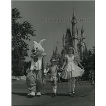 1981 Press Photo Alice and the White Rabbit walk with a kid in Disneyland