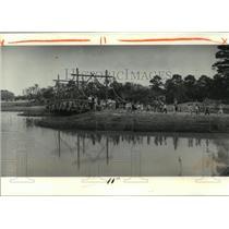 1980 Press Photo New Orleans Audubon Park - Children Walking Over Bridge