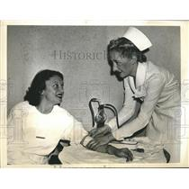 1940 Press Photo stage star Katharine Cornell donates blood during WWII