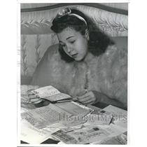 1941 Press Photo Jane Withers recovering from tonsillectomy at home - sbx03589
