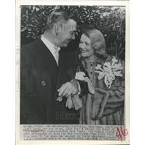 1848 Press Photo Clark Gable & his bride Lady Sylvia Ashley pose for photograph