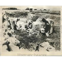 1930 Press Photo Workmen uncovering lion's heads in the excavations of Sicily