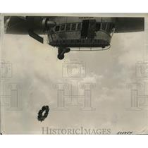 1939 Press Photo Goodyear blimp drops a floral tribute to American war dead