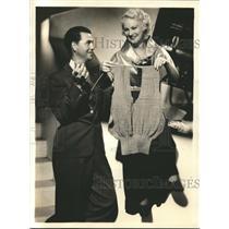 1935 Press Photo Johnnie Quillen visits his fiancee, Anita Thompson on the set