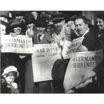 1918 Press Photo Washingtonians display newspaper  headlines on Armistice Day