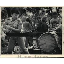 1985 Press Photo Neekan Boy Scouts Log Cross Cutting Near Wales, Wisconsin