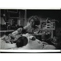 1993 Press Photo Nurse Debra Boeck checks on infant using ventilator, Milwaukee