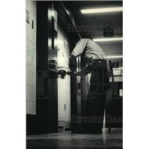 1987 Press Photo Guard removes handcuffs after prisoner returns to cell, Portage
