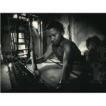 1987 Press Photo Ratana Maya Silpakar weaves cloth on a loom in Bhaktapur