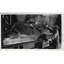1989 Press Photo Scott Boehlke Working at Wisconsin Lintel Company in Lintel