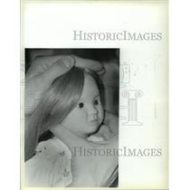 1983 Press Photo Carmen Christianson Gluing Hair On A Doll Milwaukee Museum