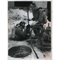1962 Press Photo Joseph Cano and Thomas Labahn clean naphtha tank in Milwaukee.
