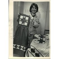 1987 Press Photo Medical director Susan Day displays quilting items for donation