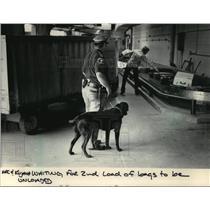 1984 Press Photo Kujawa and Mac wait for incoming flights to unload bags