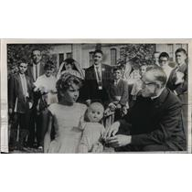 Press Photo Rev. Eugene Hotchkiss attempts to talk to a young Cuban refugee.