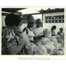1984 Press Photo A woman shopped at a vegetable market in Havana, Cuba.