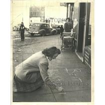 1944 Press Photo Woman Writing On Sidewalk Chalk Game - RRV65347