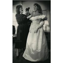 1988 Press Photo Gina Manning helps debutante Jennifer Anne Young with dress