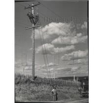 1949 Press Photo Linemen fix power lines - spa81879