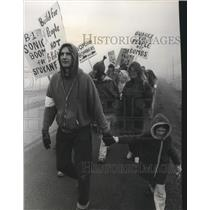 1976 Press Photo Demonstration opposing the proposed funding of the B-1 Bomber