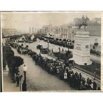 1930 Press Photo La Paz, Bolivia holds parade past statue - sbx05045