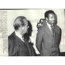 1969 Press Photo Lakers' Jack Kent Cooke with basketball player, Willie McCarter