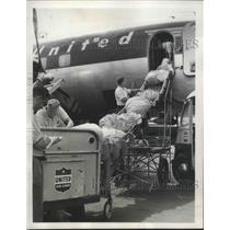 1949 Press Photo Mail dropped from incoming plane for distribution-La Guardia