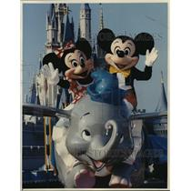 1991 Press Photo Mickey & Minnie Mouse Riding Dumbo at Walt Disney World Resort