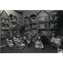 1988 Press Photo Display of over 50 French Carolle dolls at Red Fox, Cedarburg