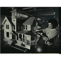 1987 Press Photo Jackie Ryan with Chandler-Hartman-Thomas House in Waukesha