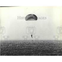 1981 Press Photo Parachutes-parachuter landing in a field