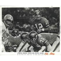 1974 Press Photo Denver Quarterback Charley Johnson Directs Offensive Play