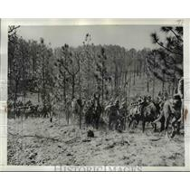 1942 Press Photo Men & Pack-Mules of 4th Field Artillery Make Way Thru Ft Bragg