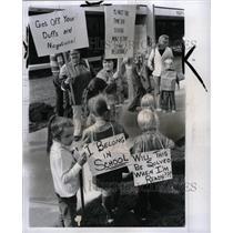 1973 Press Photo Children picketing Taylor board strike - RRW94831