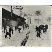 1935 Press Photo British soldier play in snow off duty in Saar region