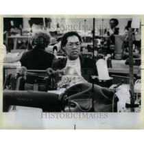1984 Press Photo Katie Jordan fitter employment Store - RRU93803