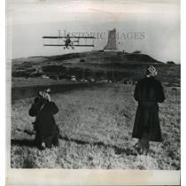 1953 Press Photo Old-timers watch flight of an airplane at Kitty Hawk, N.C.