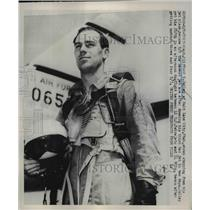 1952 Press Photo Captain Clifford Jolley Arrives in Tokyo on Jet Plane