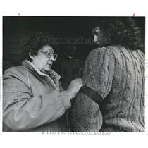 1988 Press Photo Beverly Joplin pins on ribbon, Washington State Corrections