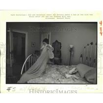 1988 Press Photo Live Oak House - Jen Barrett, Owner, Makes Bed