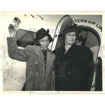 1938 Press Photo Alice Belle Kirby & Mother Alight From Plane at Newark Airport