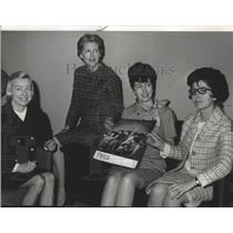 1969 Press Photo President of YWCA Mrs. Leo F. Miles, with other officers
