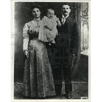 1909 Press Photo Italian family posing for a picture - mjx32914