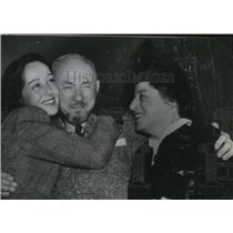 1940 Press Photo Actress Luise Rainer with her mother and father. - spp35856