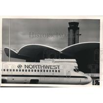 1988 Press Photo Northwest airlines traffic, Mitchell Field - mjb25449