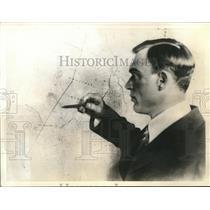 1935 Press Photo Sigismund Levanevski, Soviet Aviator checks his route